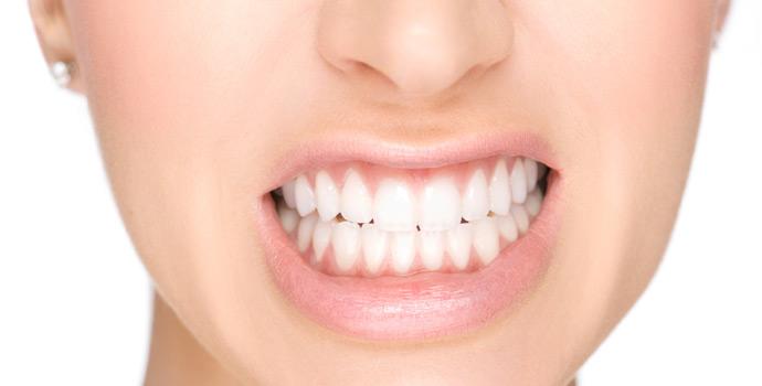 mujer mostrando dientes