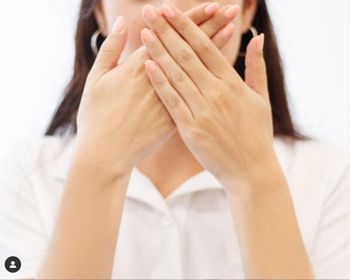 mujer con mal olor de boca