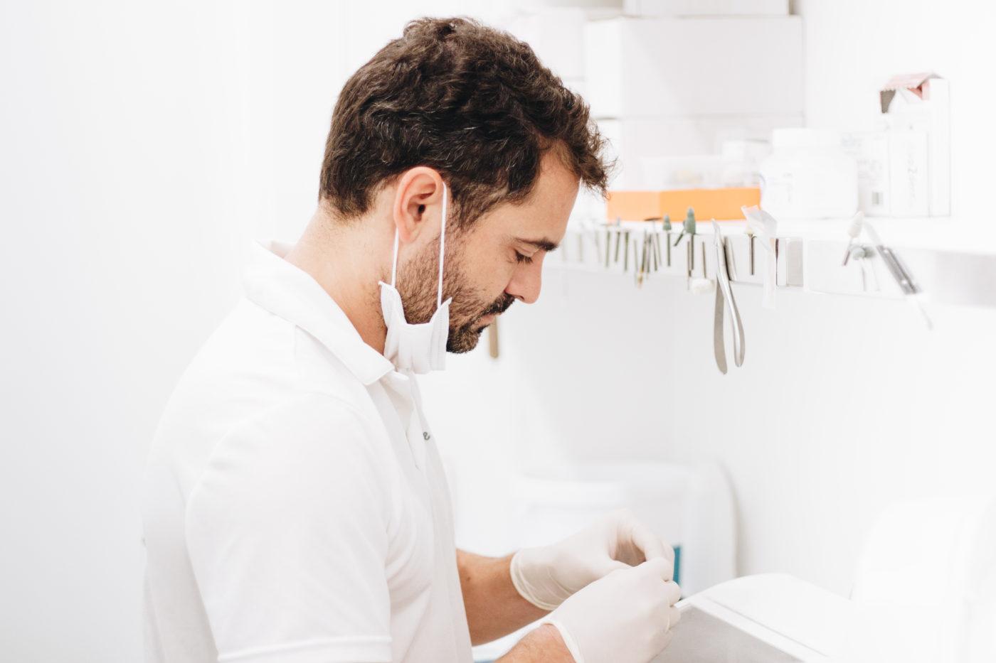 Fernando Vélez limpiando implantes