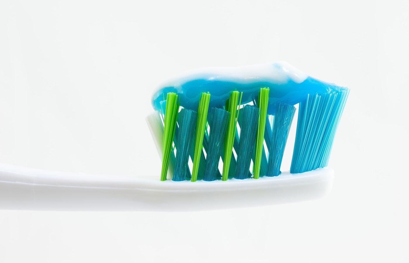 Cepillo de dientes con pasta multicolor